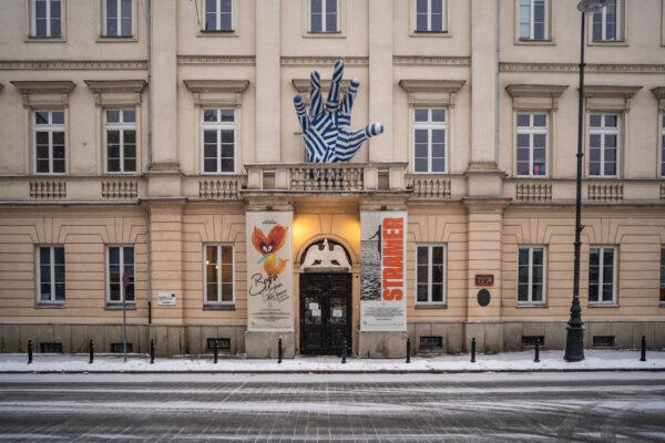 Główne wejście dobudynku Akademii odul.Miodowej