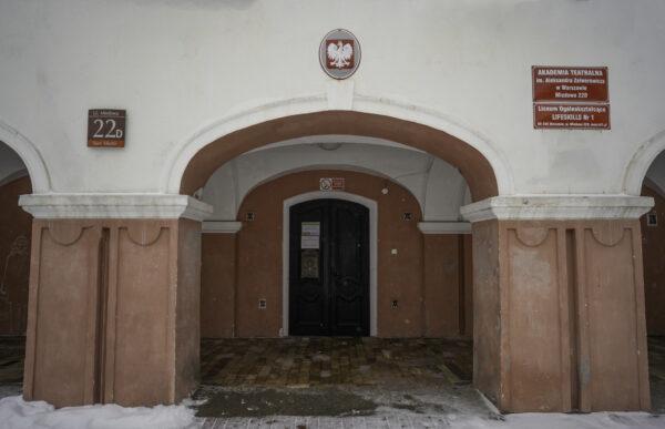 Drzwi wejściowe są wgłębi zaarkadami – podwójnymi filarami