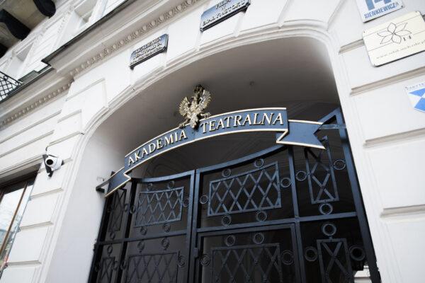 Główne wejście dobudynku AT wBiałymstoku, brama wejściowa