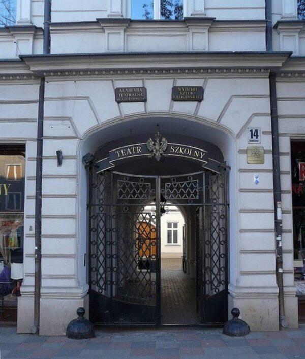 Główne wejście dobudynku AT wBiałymstoku, przejście przezbramę