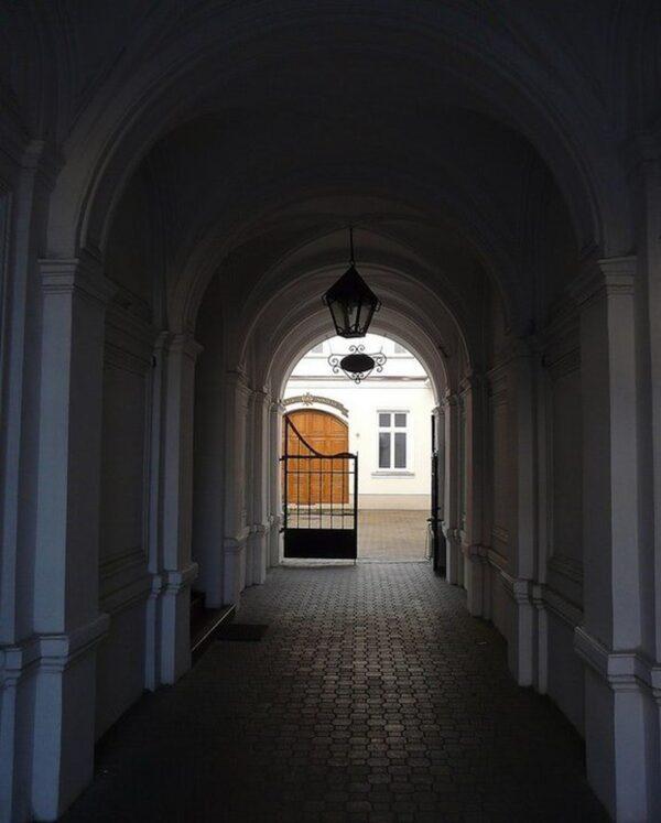 Wejście główne dobudynku iprzejście pomiędzy bramami, wgłębi widać wejście doTeatru Szkolnego