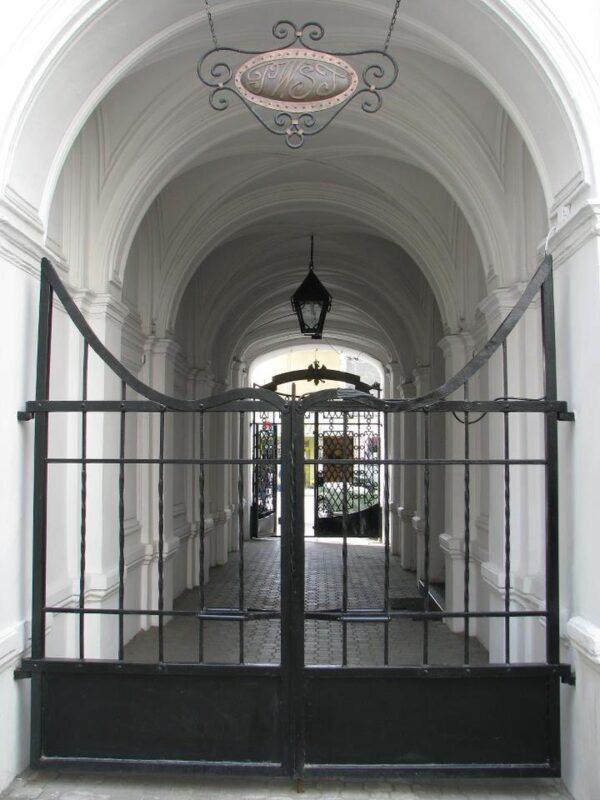 Zamknięta brama wewnętrzna, widok odstrony dziedzińca naprzejście pomiędzy bramami