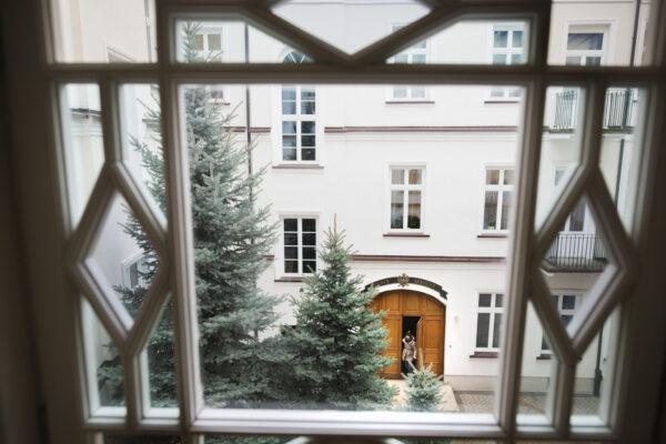 Widok zgóry nadziedziniec, widać wgłębi drzwi doTeatru Szkolnego