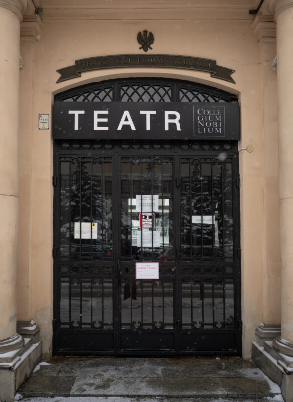 Główne wejście dobudynku TCN, brama