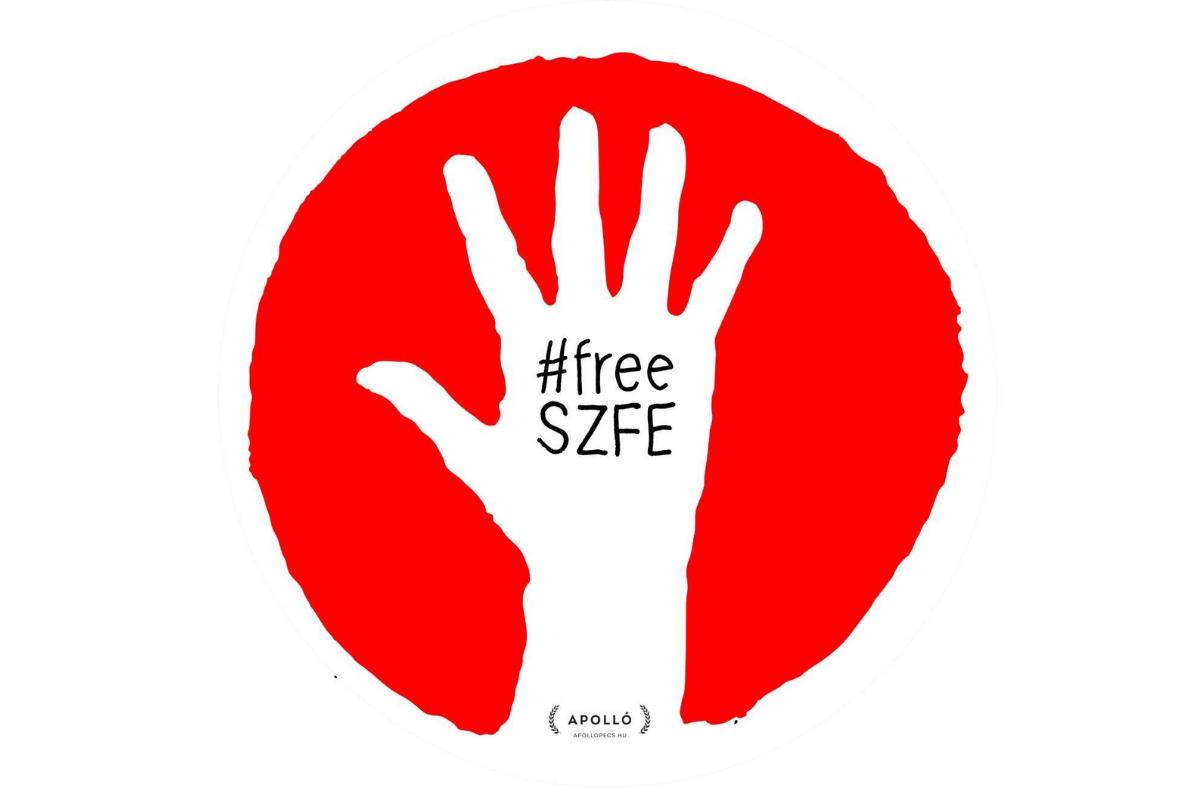 Grafika przedstawia biały kształt dłoni z rozstawionymi palcami na tle czerwonego koła o nieregularnym brzegu. W środkowej części dłoni widnieje czarny napis: #freeSZFE, a na nadgarstku napis: APOLLO - zapewne przedstawiający autora grafiki.