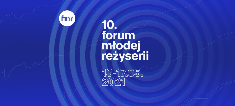 Grafika promocyjna 10. Forum Młodej Reżyserii. Biały napis z tytulem festiwalu i datami (13-17 maja 2021) umieszony na granatowym tle, złożonym z jaśniejszych i ciemniejszych kręgów.